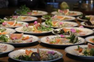 Sashimis et tartare de poissons : noix de St Jacques daurade royale et saumon, fleur de sel jus de citron et huile d'olive
