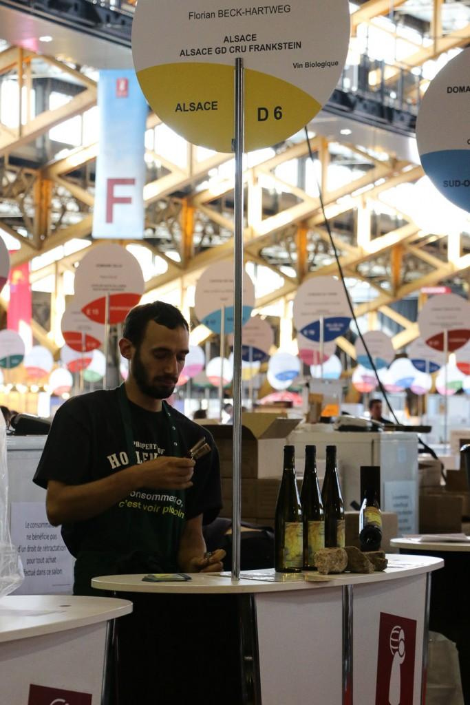 Florian prépare les bouteilles au salon des Vignerons Indépendants de Lyon